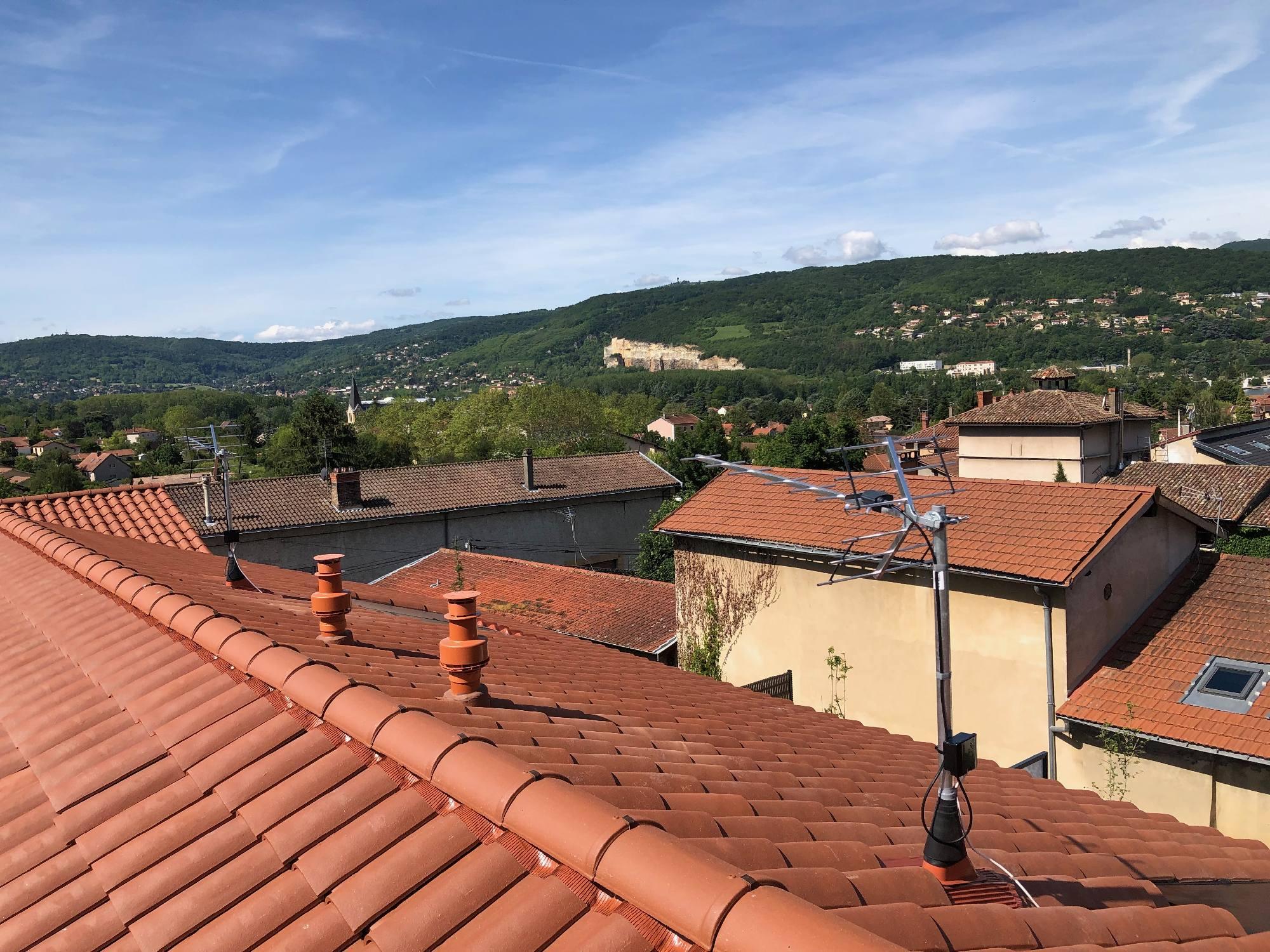 Pose d'une antenne TNT fixation sous les tuiles à Fleurieu sur Saône 69250 Clos du Buisson, vue sur la vallée de la Saône et Curis au Mont d'Or