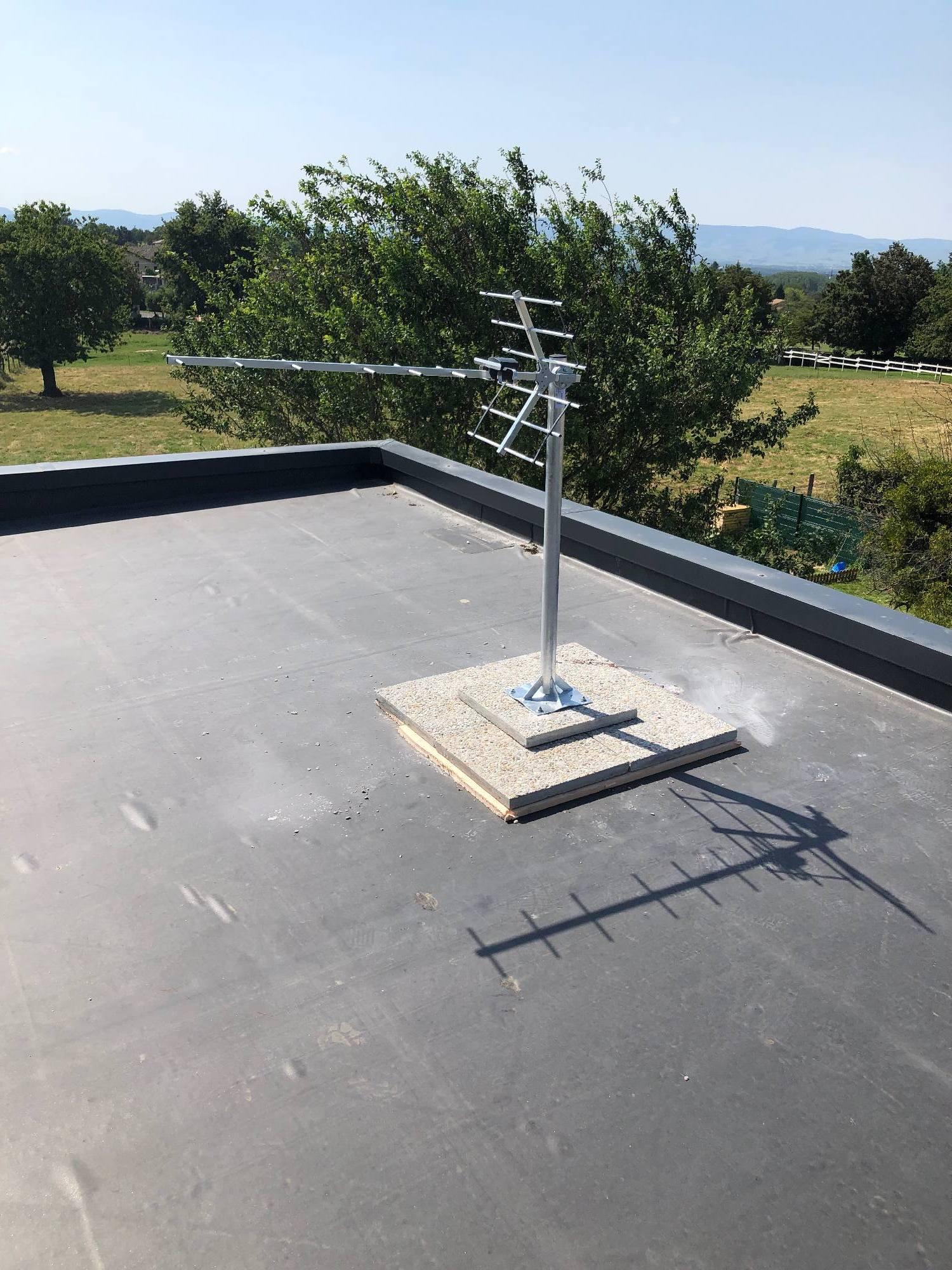 Montceaux 01090 Antenne TV TNT UHF pose sur toit terrasse