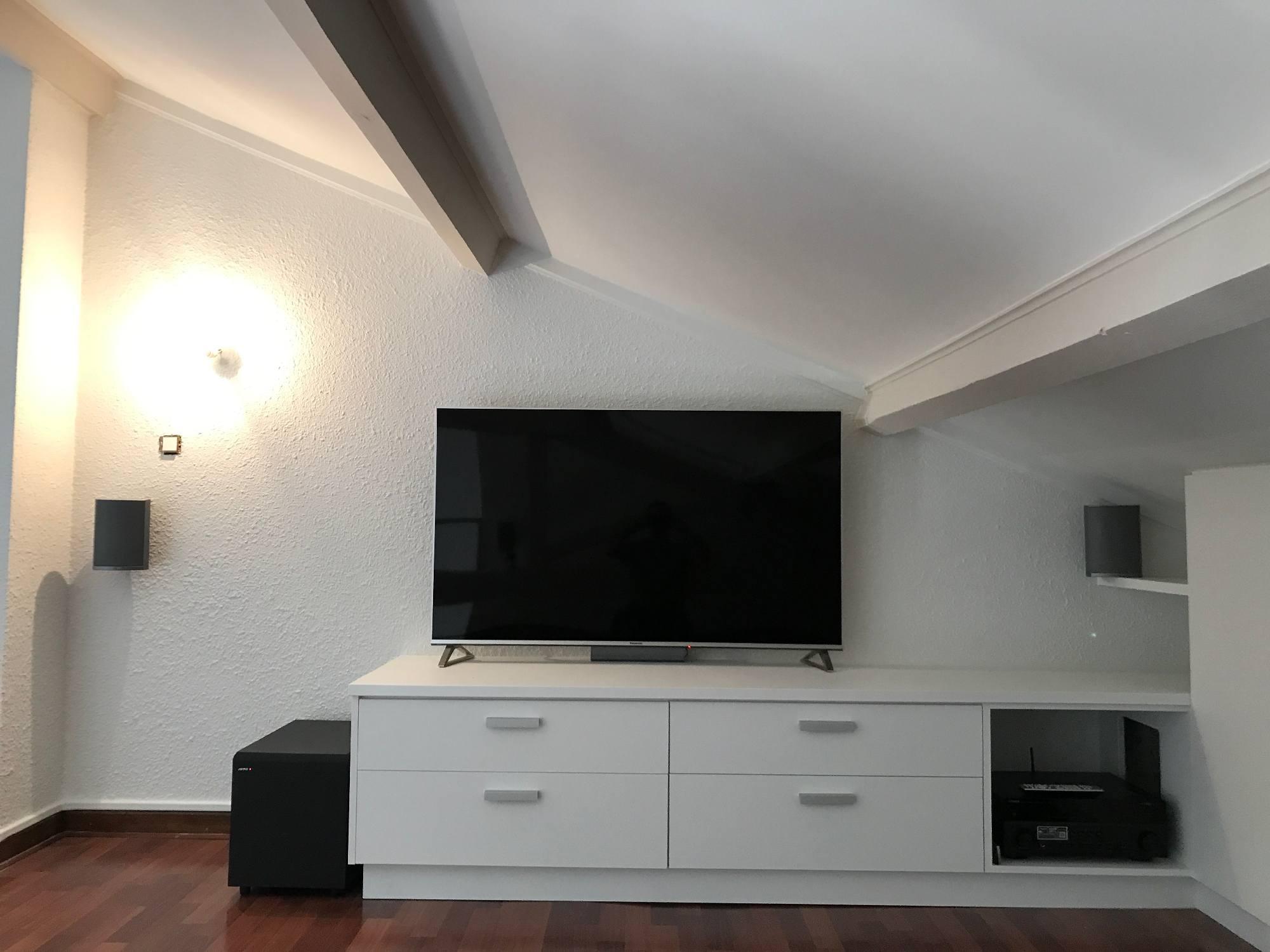 Ecran TV de grande taille et hifi dans une pièce en combles aménagées à Gleizé 69400
