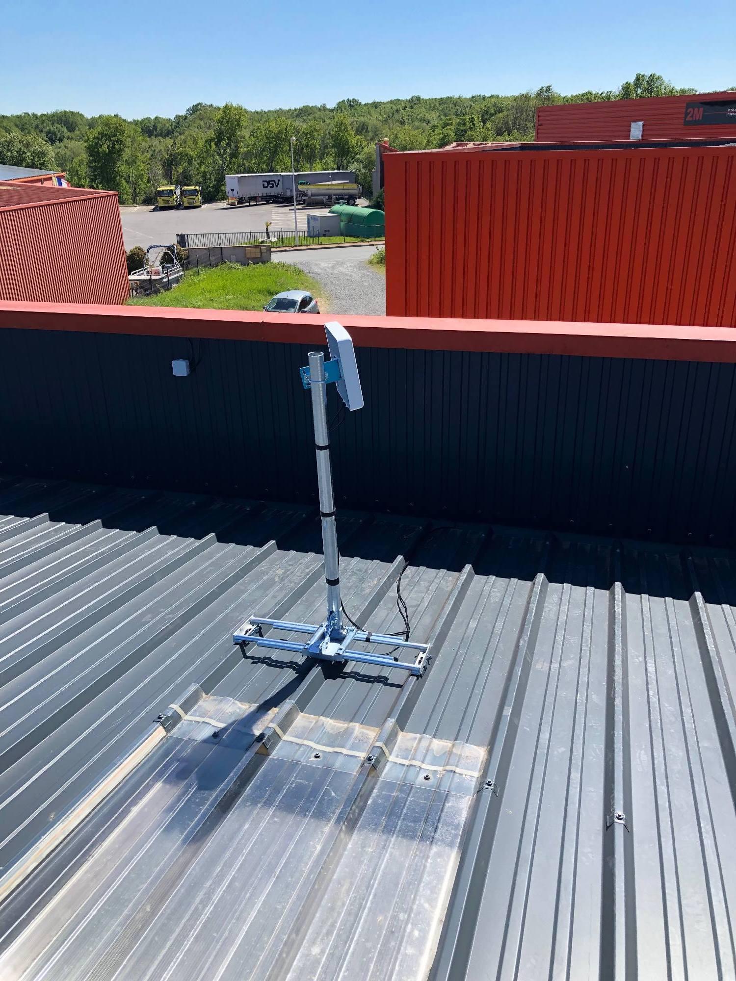 Antenne 4g pour une entreprise de Theizé 69620 pose sur un toit en tôle