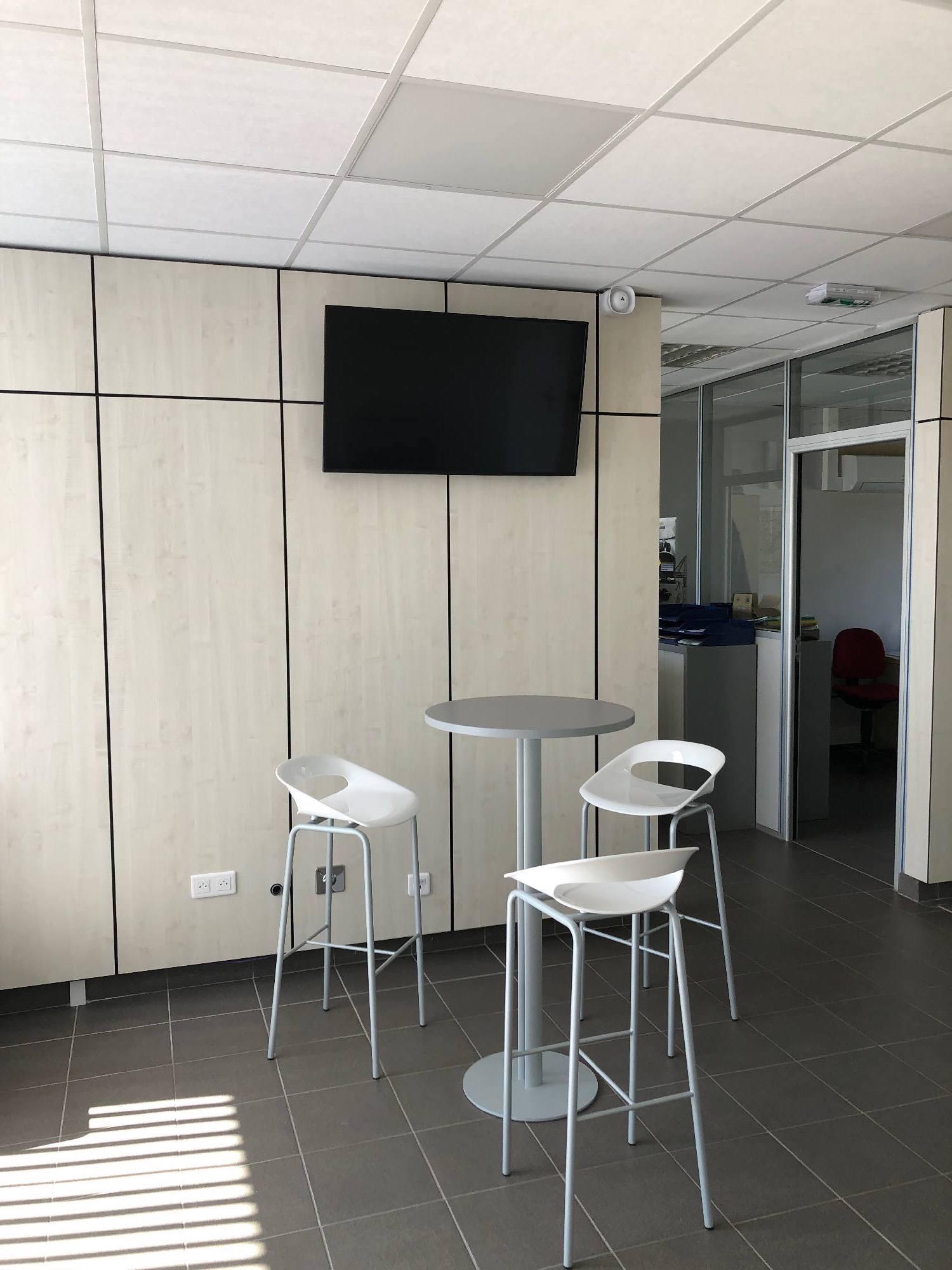 Installation d'un écran de télévision dans l'espace détente d'une entreprise de Anse
