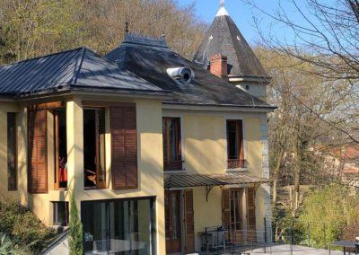 Installation d'une parabole satellite sur le toit d'une maison de caractère à Caluire et Cuire
