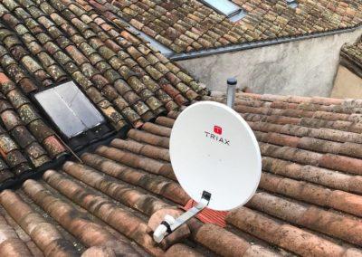 Antenne parabole dans une maison de village à Montmerle sur Saône