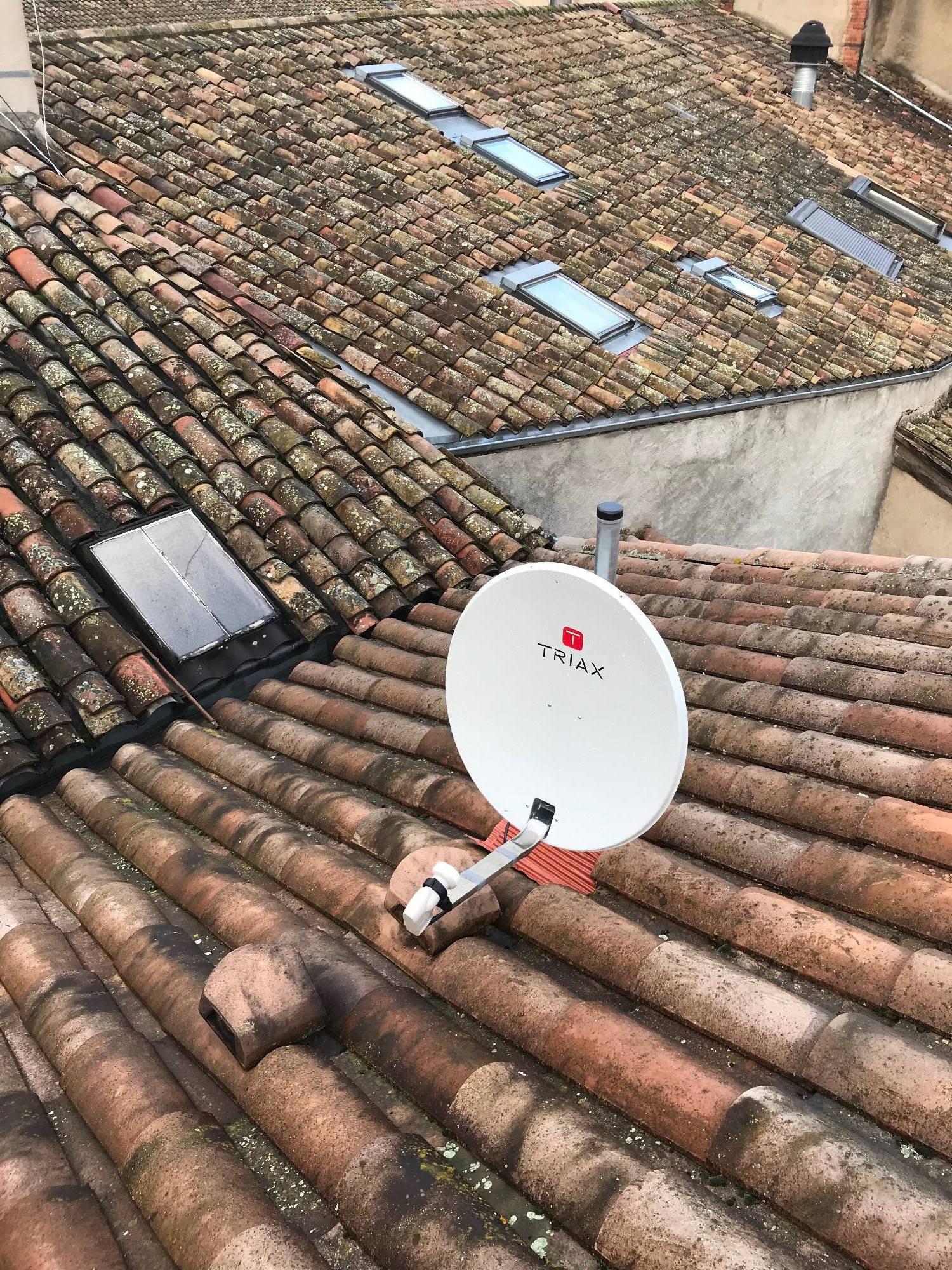 parabole sur toiture maison de village Montmerle sur Saône 01700