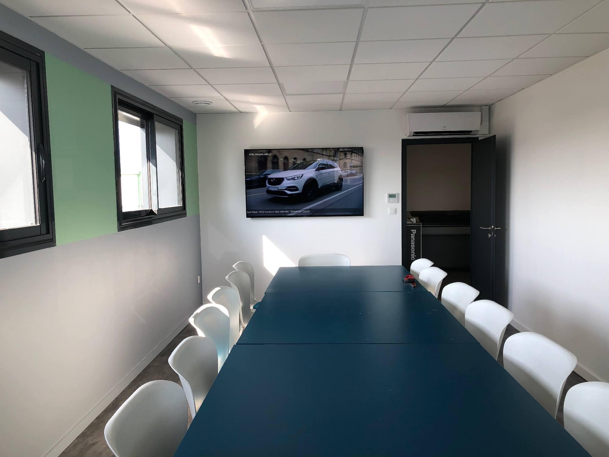 Installation d'un écran dans une salle de réunion d'une entreprise de Vaulx en Velin 69120