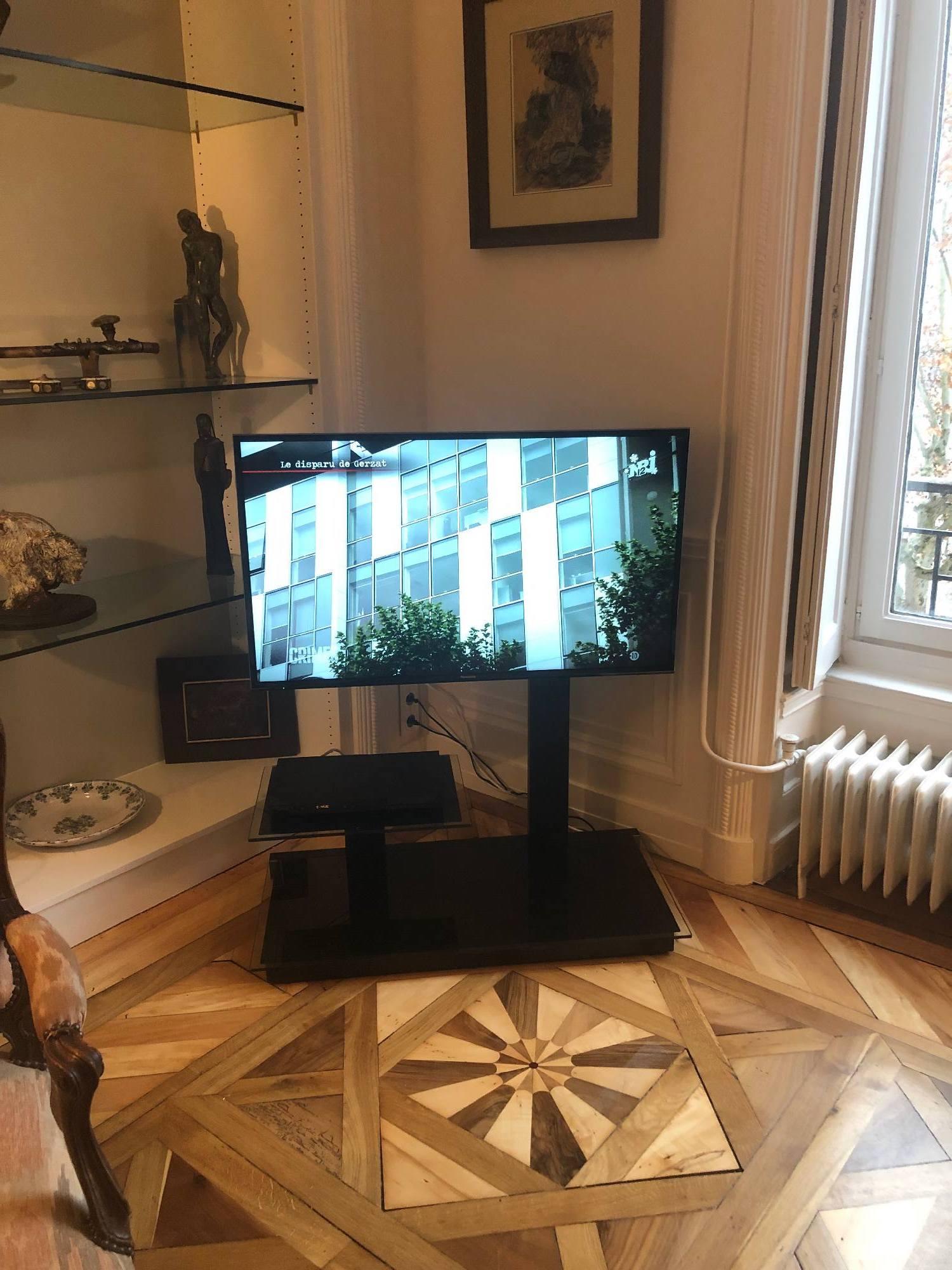 Fourniture d'une Tv et meuble Design dans un appartement de Lyon Croix Rousse