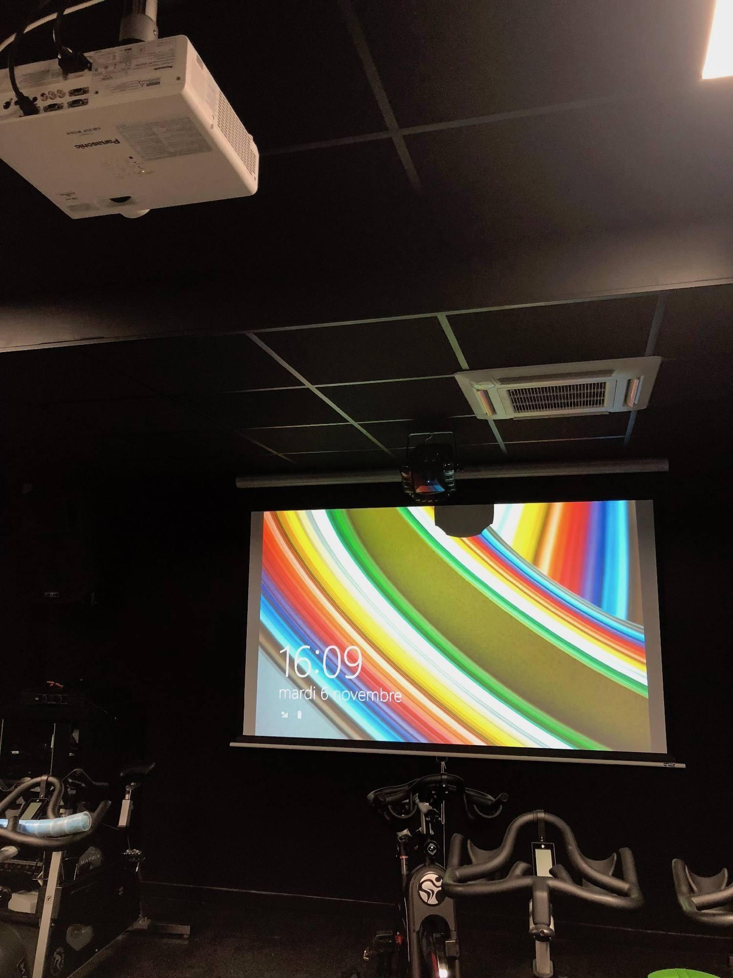 Installation d'un écran et d'un vidéo-projecteur dans une salle de sport de Lyon